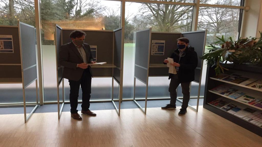 Burgemeester René Verhulst en Stephan Neijenhuis (gemeenteraadslid D66) brachten in Ede hun stem uit