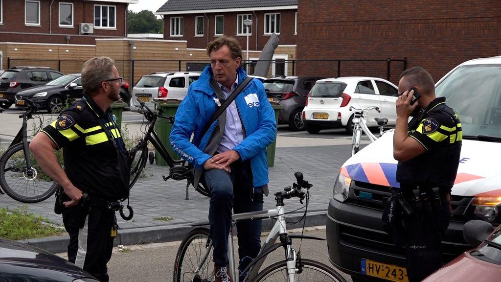 Burgemeester Verhulst praat met agenten in de Edese wijk Veldhuizen A Foto: Omroep Gelderland