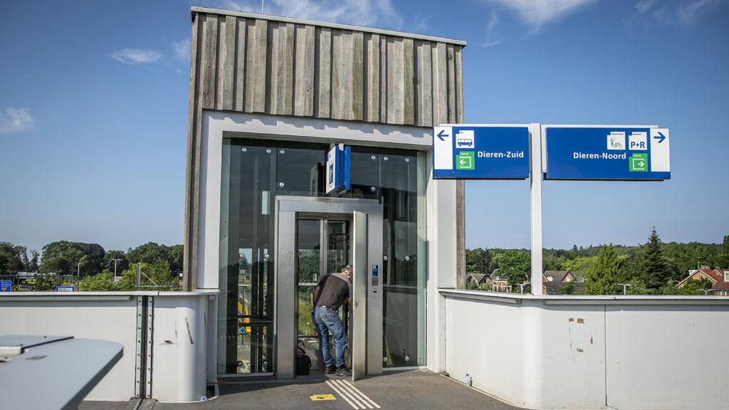 Jongeren ruim 3 uur vast in lift op treinstation in Dieren