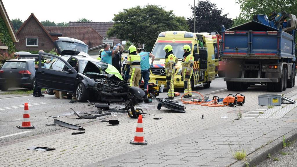 Auto onder vrachtwagen, man en kind gewond