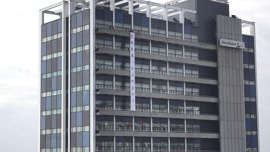 Abseilende studenten onthullen naam nieuwe campus ROC Rijn IJssel