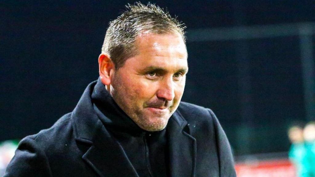 Boze trainer Calderwood meldt zich ziek, crisis bij DOVO lijkt compleet