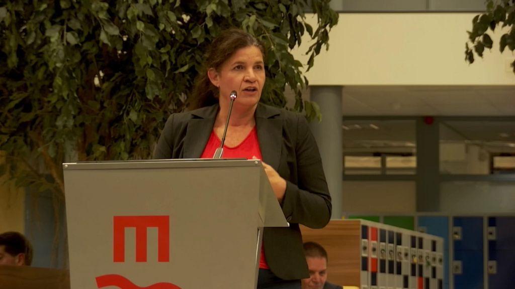 Centrummanager Yvette Akkermans spreekt in tijdens een commissievergadering van de Wijchense gemeenteraad. Foto: Gemeente Wijchen