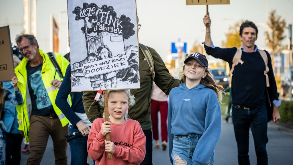 Veel mensen demonstreerden woensdag tegen de asfaltcentrale. Foto: ANP