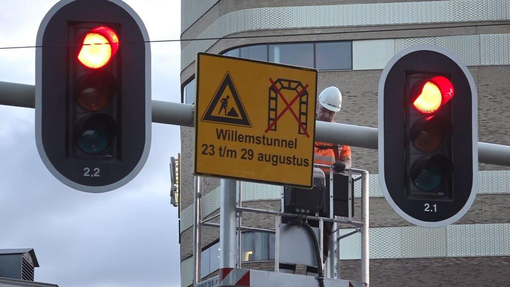 De waarschuwingsborden voor de afsluiting van de Willemstunnel worden opgehangen. Foto: Omroep Gelderland