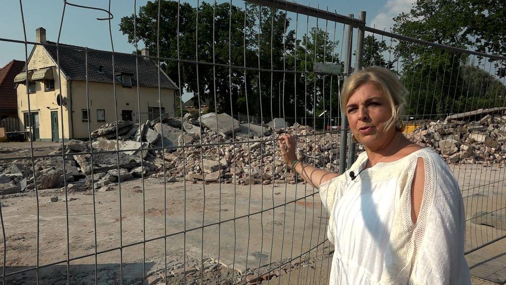 Jolanda Spies bij de restanten van het voormalige familiebedrijf. Foto: Omroep Gelderland