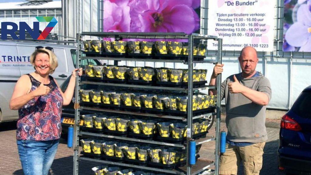 Bezoekers Huiskamer Elst krijgen viooltjes van Oosterhoutse kweker