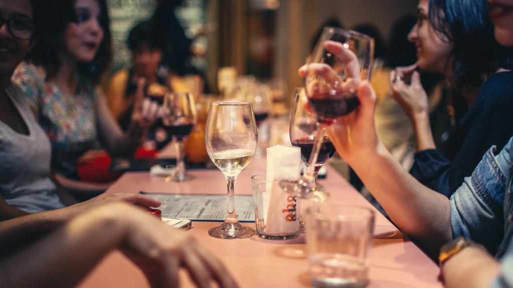 Veel mensen hebben zin om weer uit eten te gaan. Foto: Helena Lopes via Pexels