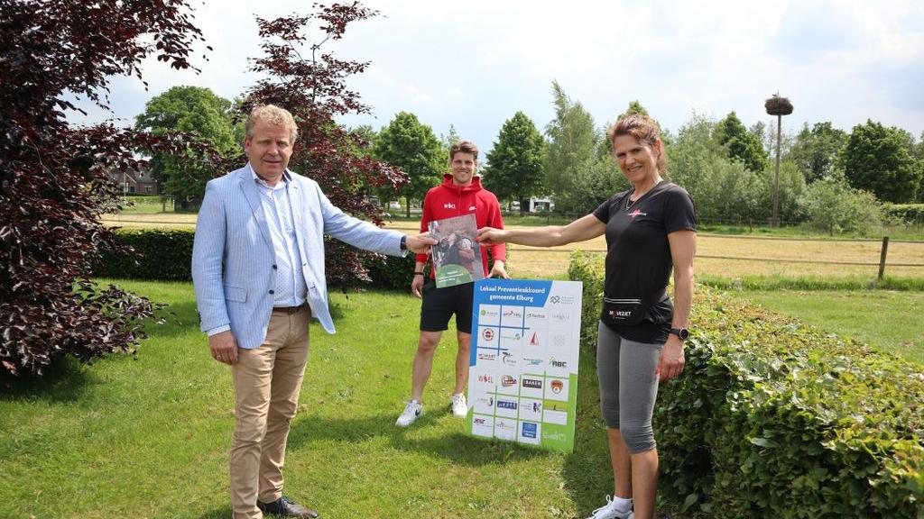 Wethouder Krooneman reikt het eerste exemplaar van het lokaal Preventieakkoord uit aan Herriët van Triest. Foto: Gemeente Elburg