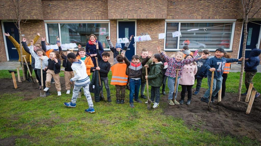 Leerlingen plantten negen bomen in de Julianastraat