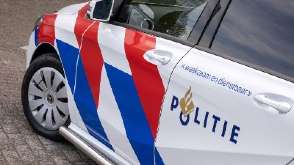 Automobilist raakt met auto van de weg botst op paal in Lunteren