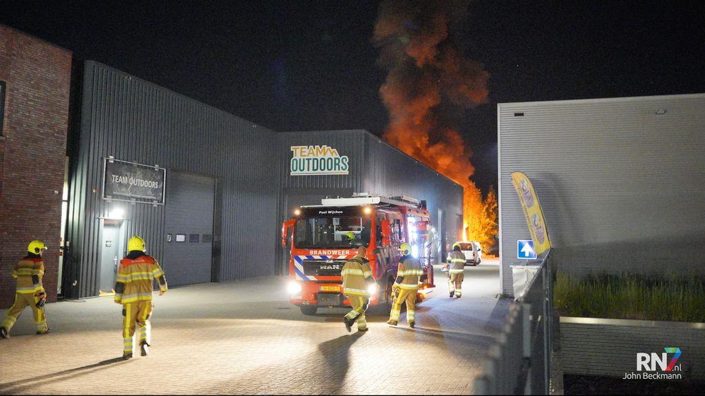 Grote brand in Edisonstraat Wijchen, treinverkeer tijdelijk stilgelegd