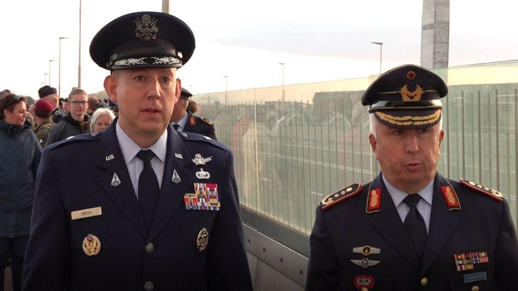Beide generaals voorop bij de Sunset March Foto: Omroep Gelderland