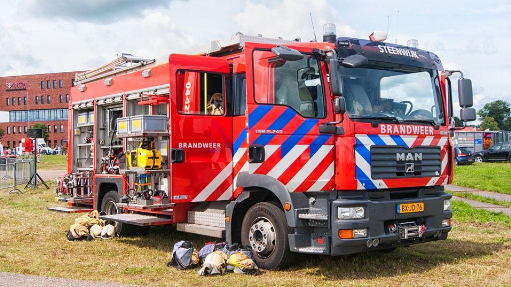 Brandweer bevrijdt beknelde vrouw uit aangereden voertuig in Lunteren