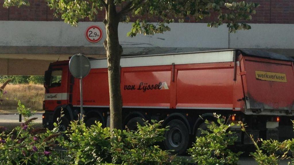 Vrachtverkeer gaat omgeleid worden om laag viaduct Weurtseweg te vermijden
