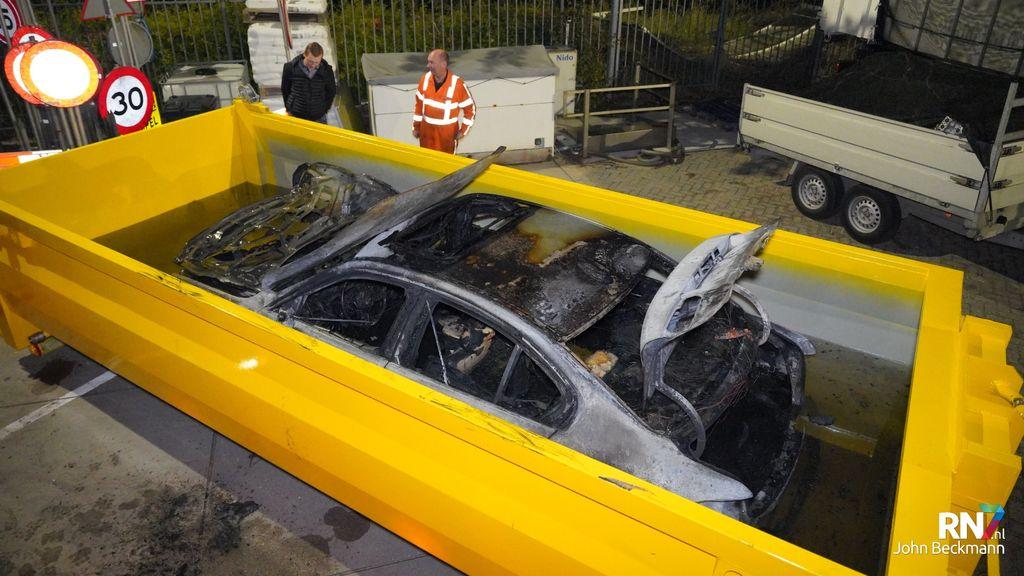 Hybride auto in Druten brand uit en wordt geblust in watercontainer