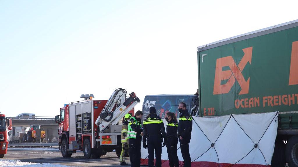 Bestuurder (57) komt om bij ongeluk op A15 bij Vuren