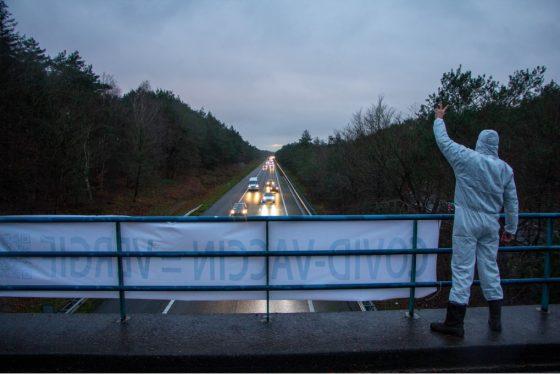 Demonstreren bij het viaduct in Hulshorst