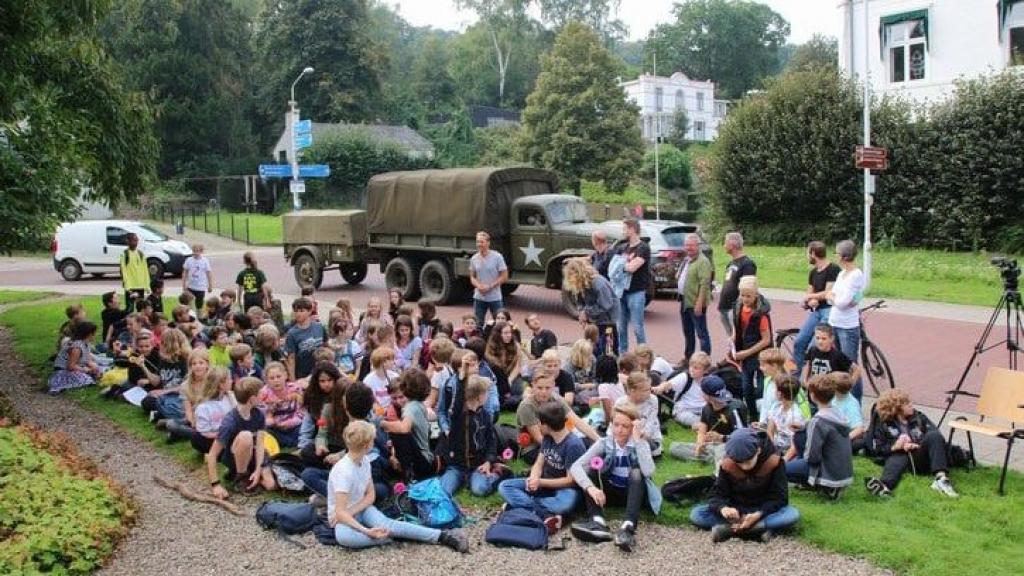 Kinderen herdenken Market Garden in Beek