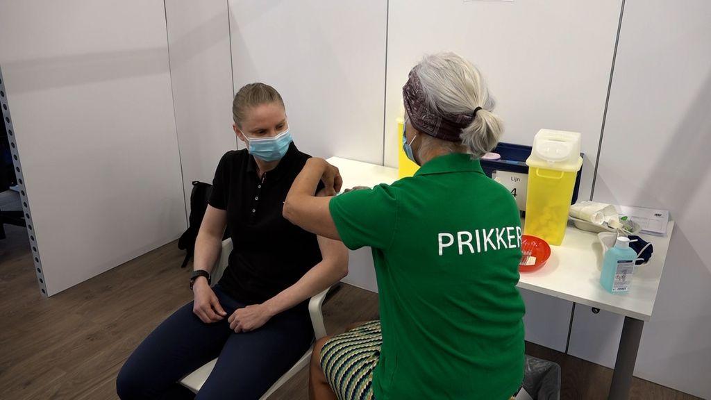 Sylwia Zbikowska krijgt haar covidvaccinatie op de priklocatie in Tiel. Foto: Omroep Gelderland