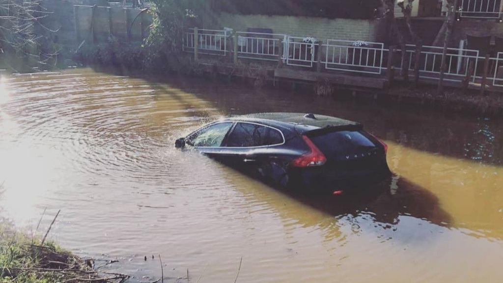 Oeps…bestuurder vergeet handrem, auto rijdt water in
