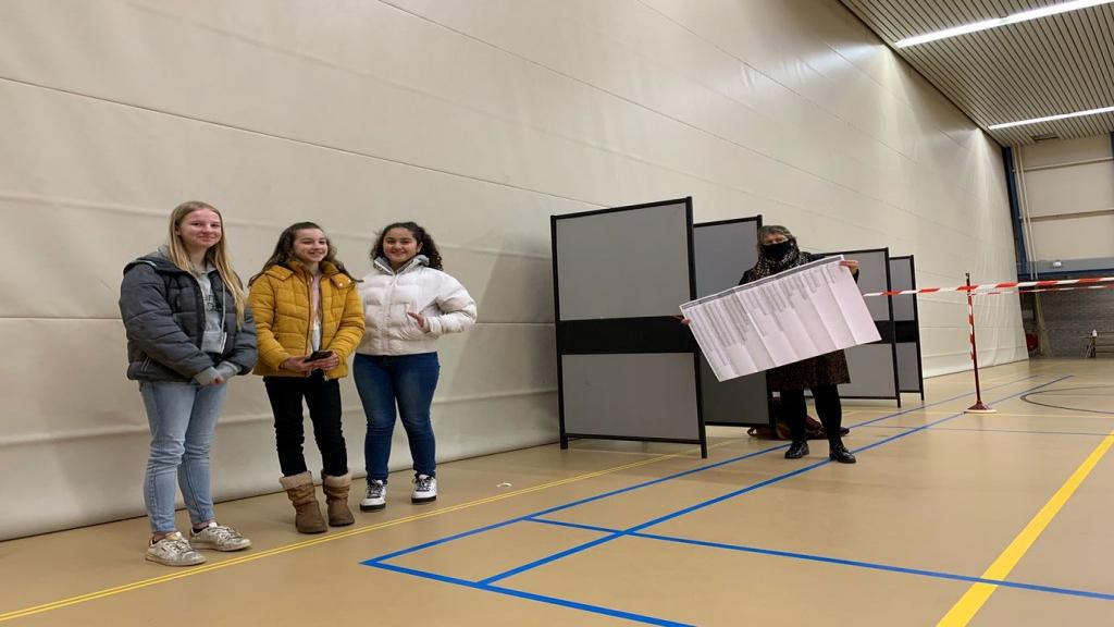 Kinderburgemeester Woudenberg en klasgenootjes bezoeken stemlokaal