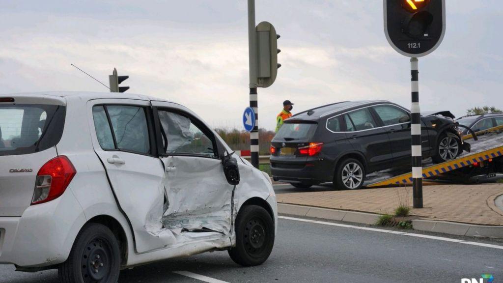Auto's total-loss na ongeluk bij afslag A15