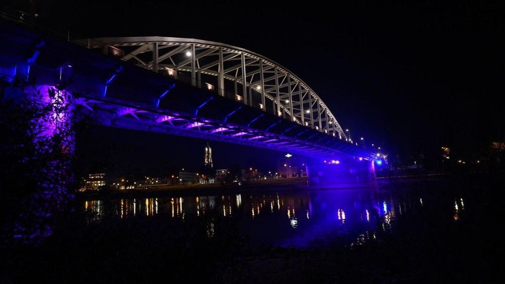 De John Frostbrug licht blauw aan voor de Baby Loss Awareness Week. Foto: Rinus Baak