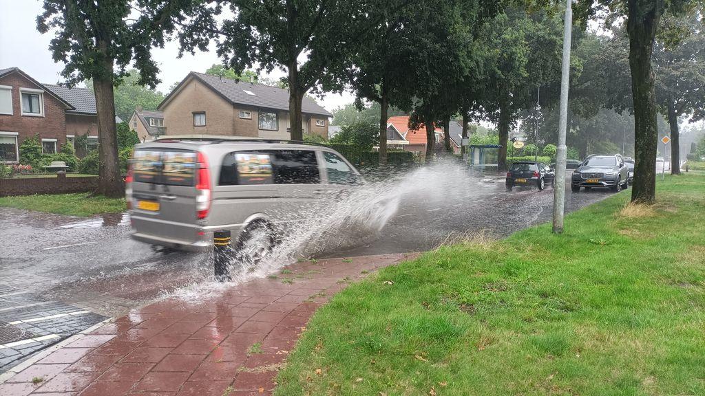 Veel regen zet straten blank in Nunspeet
