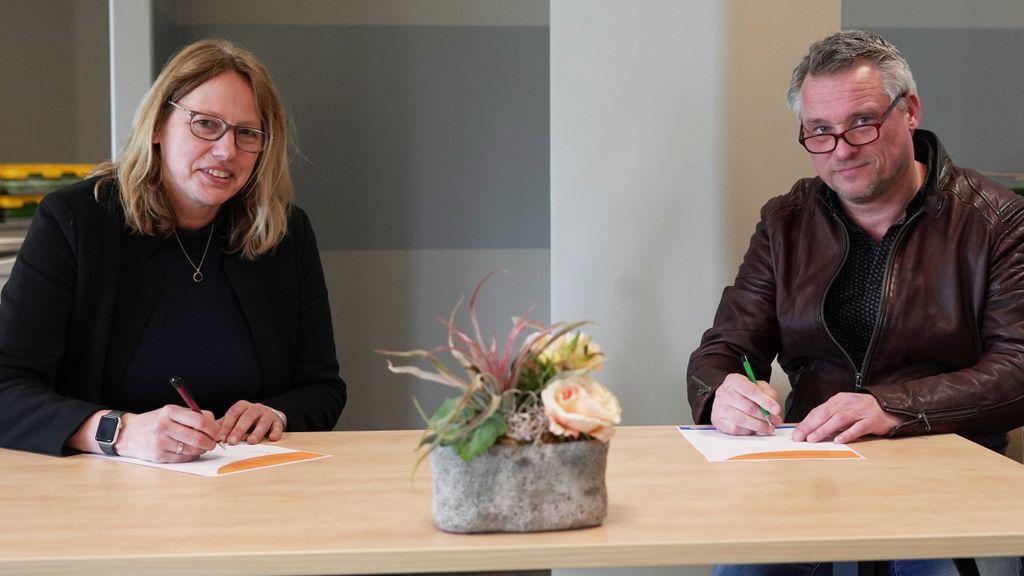 Claudia Bookelman, hoofd hotelservices en Evert van der Meer, directeur Mijnschool tekenen samenwerkingsovereenkomst Foto: St Jansdal Harderwijk