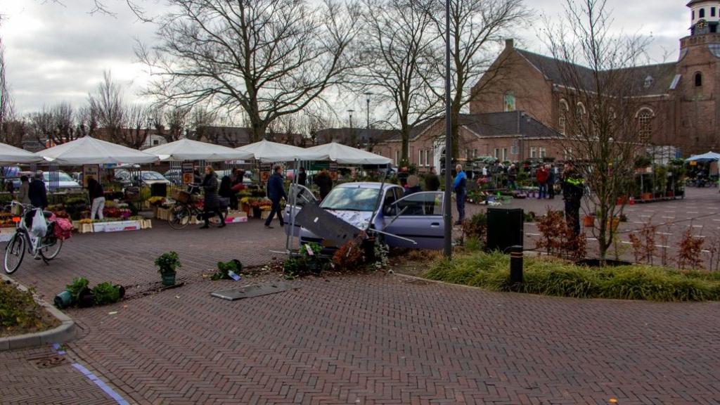 Auto rijdt dwars door bloemenkraam op Weekmarkt