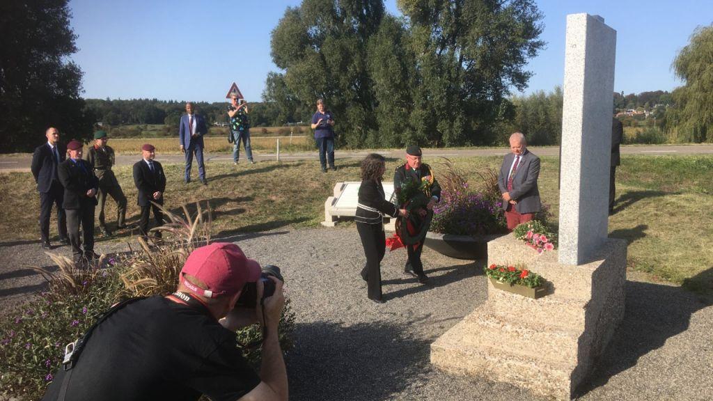 Ambassadeur Canada legt krans bij monument Driel