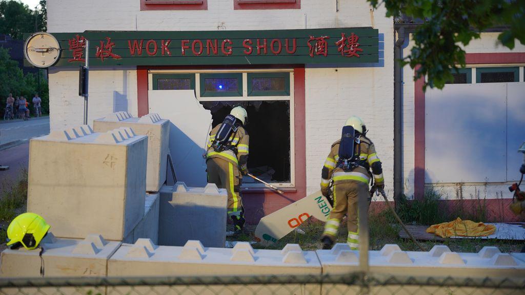 Politie zoekt man in rood trainingspak na brand in leeg wokrestaurant Ewijk