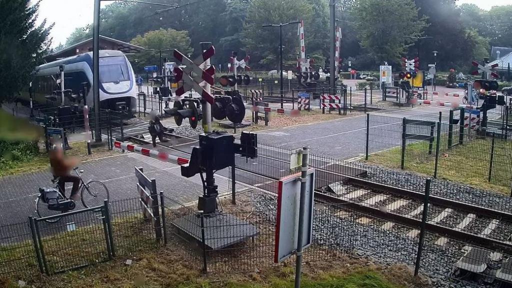 Vrouw bijna onder trein: 'Als machinist heb je geen schijn van kans'