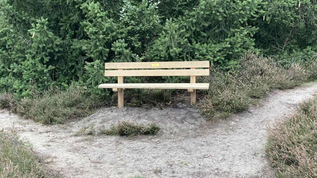 Op landgoed De Dennenhorst bij Lunteren: Bank onthuld ter herinnering aan Wietze Landman