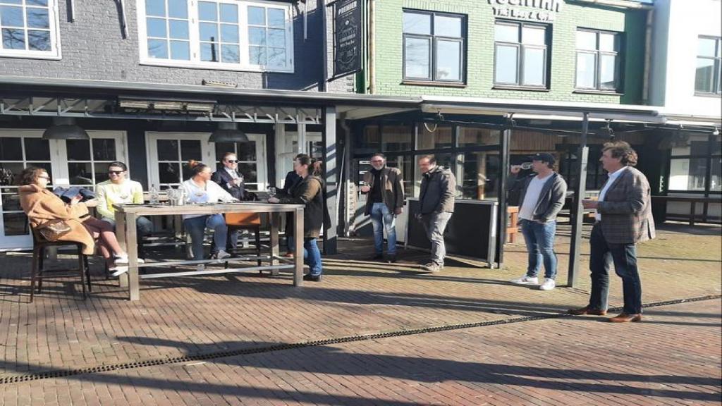 Burgemeester Verhulst van Ede in gesprek met horecaondernemers
