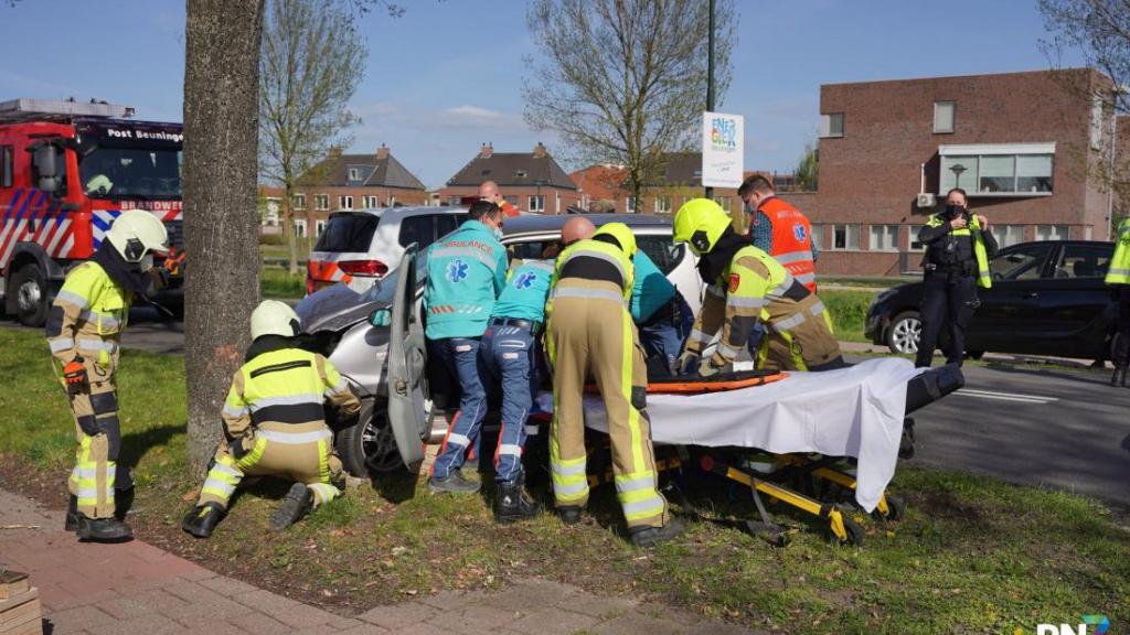 Bestuurder brommobiel met spoed naar ziekenhuis na botsing met boom