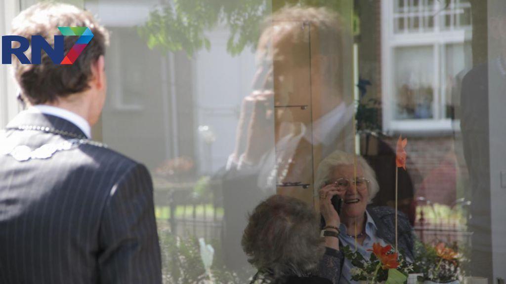 100-jarige wordt verrast door burgemeester Slinkman