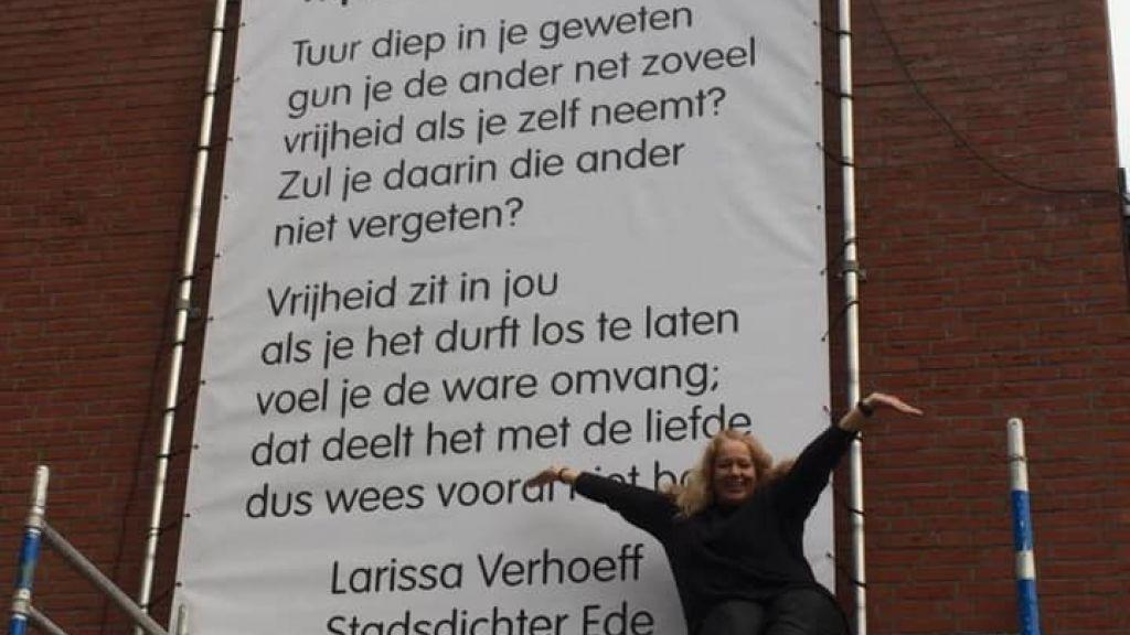 ´Vrijheid zit in jou´ - Stadsdichter Larissa Verhoeff verrijkt Ede centrum met gedicht