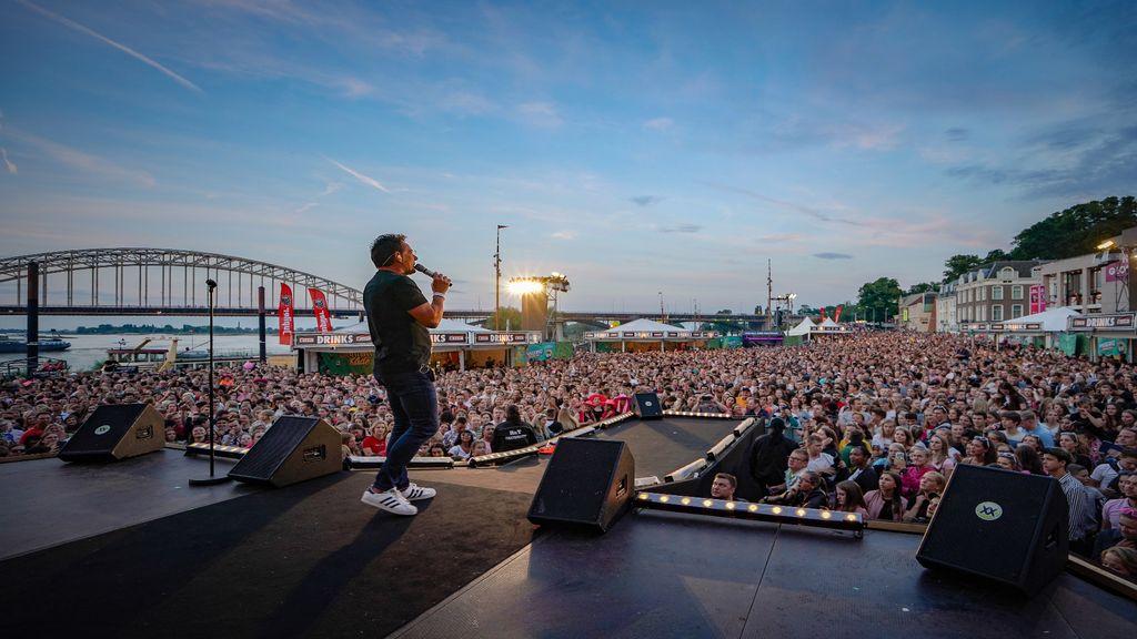 Gerard Joling zingt feestgangers toe tijdens de Vierdaagsefeesten Foto: Jan-Willem de Venster