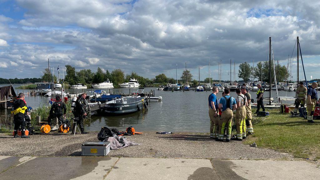 Hulpdiensten in de haven bij de sloep. Foto: News United