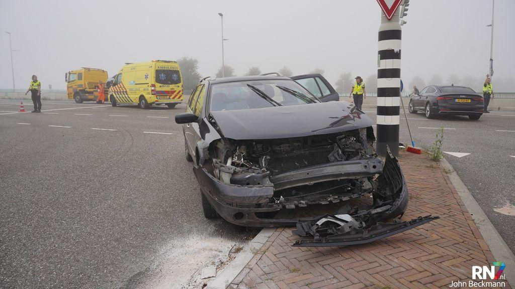Automobilist zag stilstaande auto over het hoofd door mist op Waalbrug