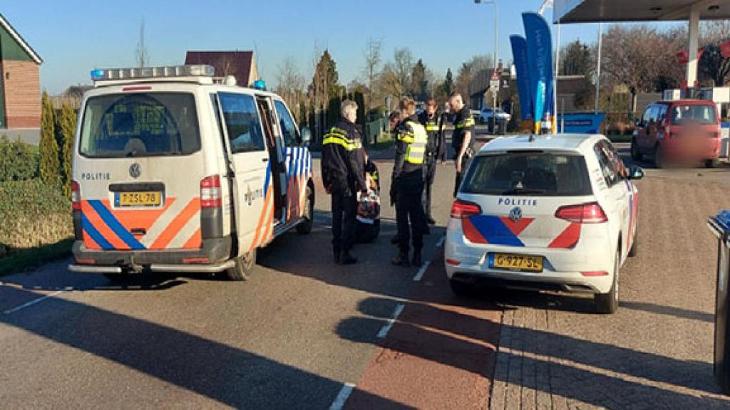 Verwarde vrouw slaat om zich heen met verkeersbord in Lienden