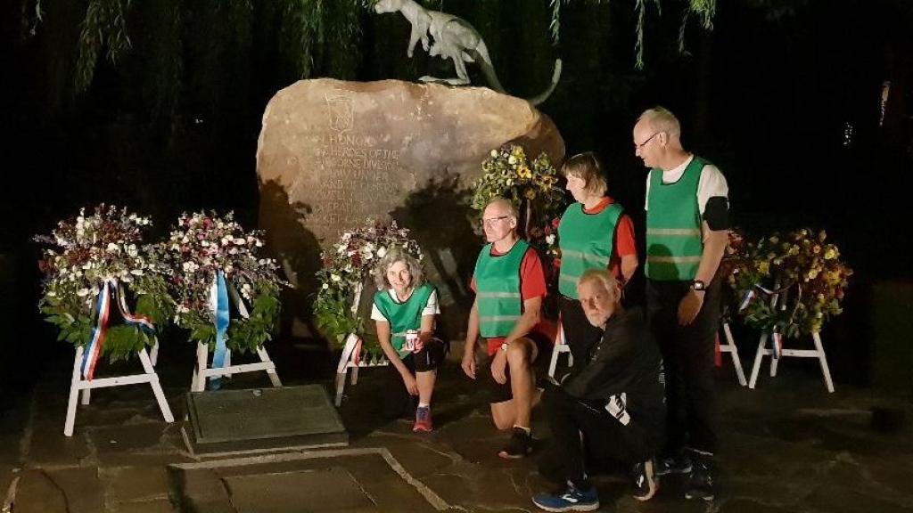 Lopers van Pallas '67 bij een monument tijdens de nachtelijke estafette in 2020 Foto: Wageningen 45