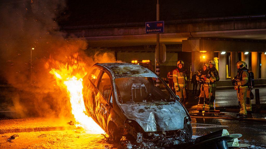 Auto ramt verkeerslicht en vliegt in brand