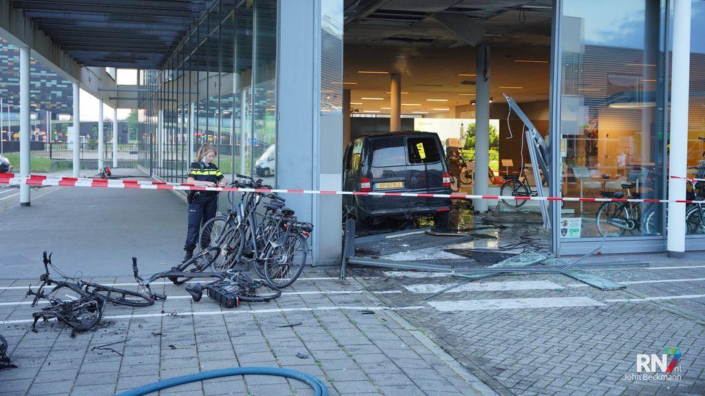 Bestelbus rijdt fietsenwinkel binnen