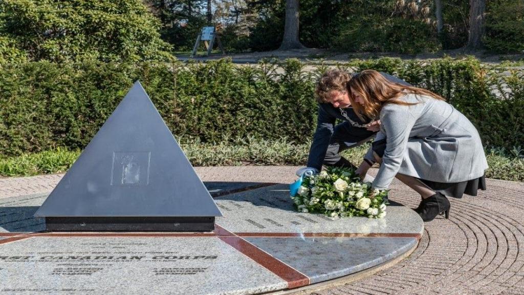 Burgemeester René Verhulst legde bloemen bij bevrijdingsmonument in Ede