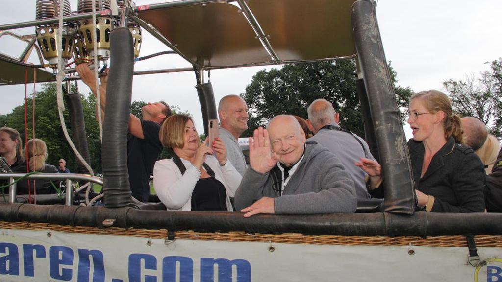 80-jarige Mijnheer Jaap uit Millingen stijgt op naar grote hoogte