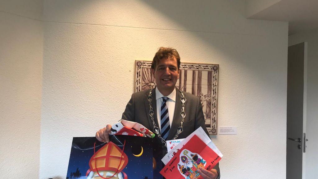 Burgemeester van Ede ontvangt tekeningen Edese kinderen voor Sinterklaas