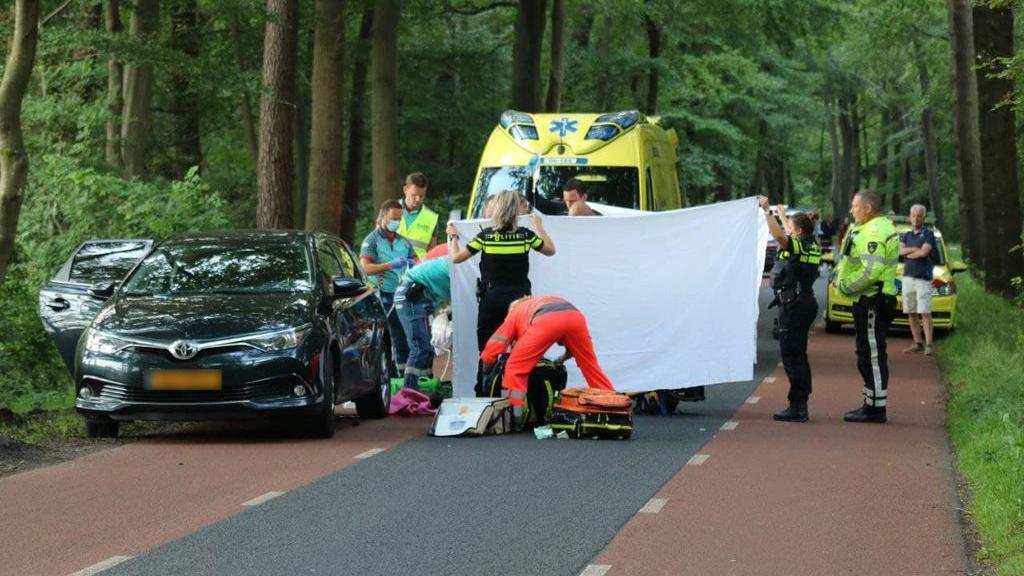 Wielrenner klapt op stilstaande auto en raakt ernstig gewond